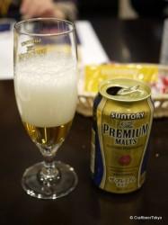 泡を立ててビールを注ぐ